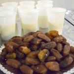 Dadels en melk om het vasten mee te verbreken